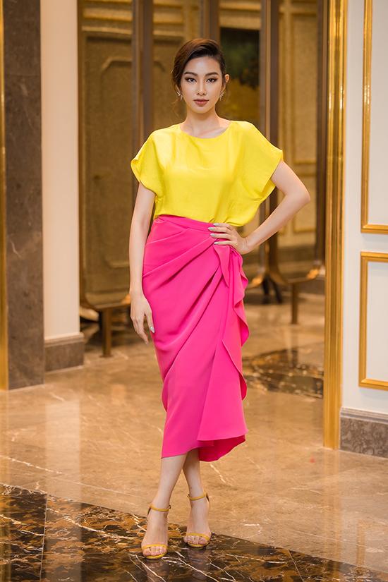 Người đẹp Thuỳ Tiên làm MC thảm đỏ cho buổi họp báo. Đêm bán kết của Hoa hậu Việt Nam 2020 sẽ diễn ra tối 10/10 tại Hà Nội.