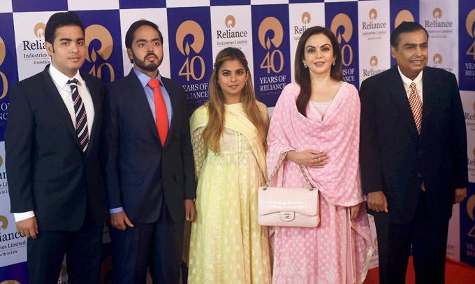 Anant Ambani (thứ 2 từ trái sang) trong một sự kiện của gia đình.