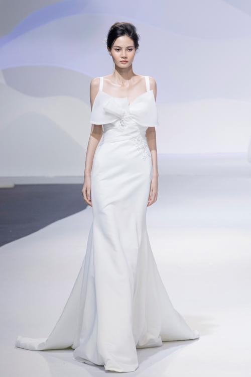 Mẫu váy phù hợp cho cô dâu tổ chức đám cưới ở biển hoặc mặc khi đi chào bàn với chi tiết trang trí là chiếc nơ 3D lớn trước ngực.