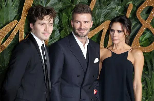 Vợ chồng Becks ủng hộ tình yêu của cậu cả Brooklyn với nữ diễn viên hơn 4 tuổi. Ảnh: AFP.