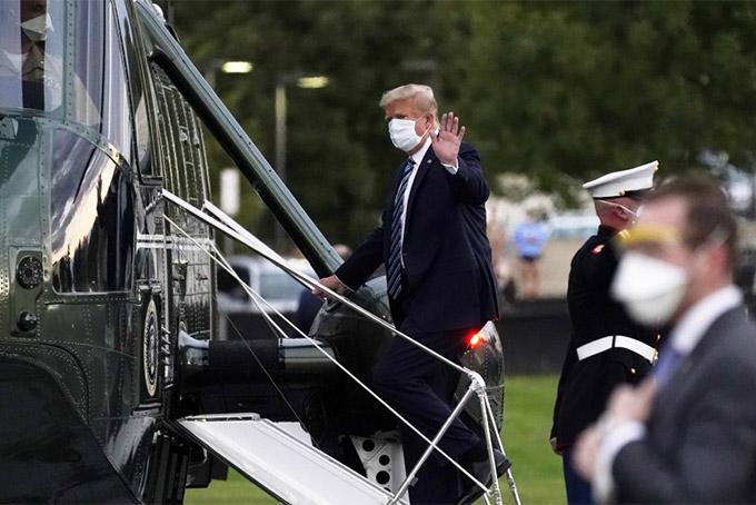 Tổng thống Donald Trump lên trực thăng di chuyển đến Trung tâm Quân y quốc gia Walter Reed ở Bethesda, Maryland ngày 2/10/2020. Ảnh: AP.