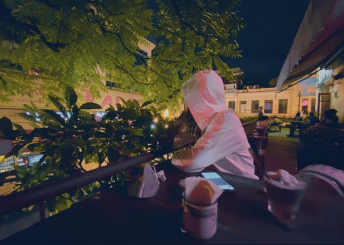 Hoa hậu Việt Nam nhâm nhi cà phê đêm.