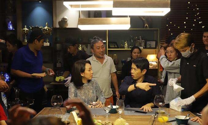 Đạo diễn Nguyễn Quang Dũng (áo trắng) chỉnh sửa diễn xuất cho Thái Hòa và Thu Trang.