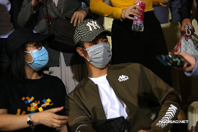 Sau trận, Đình Trọng cũng nhận được nhiều lời đề nghị chụp hình từ phía các fan.