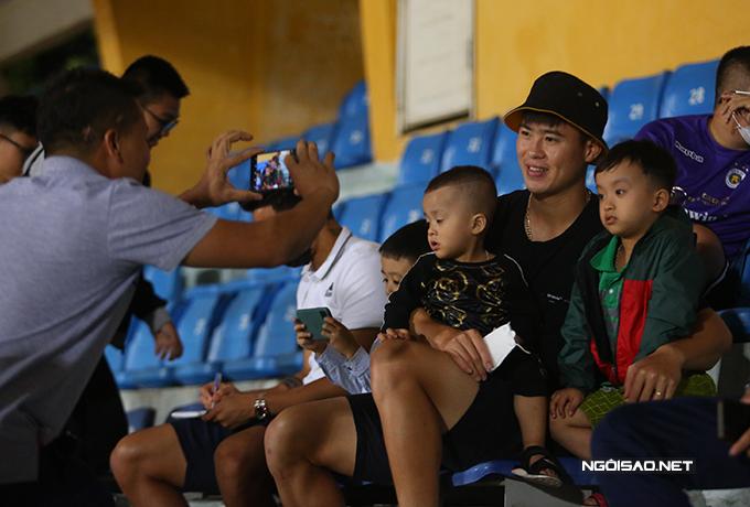 Trước trận đấu, Duy Mạnh liên tục nhận được đề nghị chụp ảnh từ các fan.