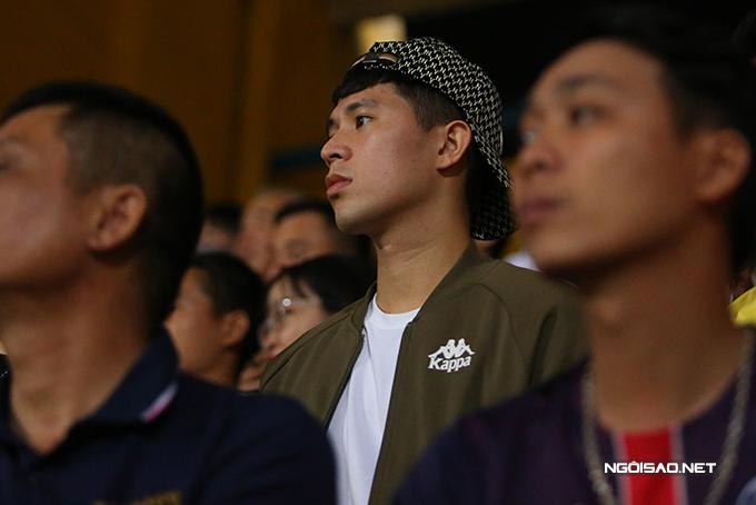Đình Trọng cũng có mặt trên sân theo dõi trận đấu. Anh tỏ ra khá sốt ruột khi tới giữa hiệp hai, Hà Nội vẫn chưa thể ghi bàn.