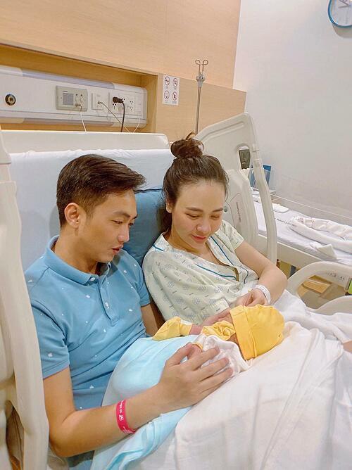 Khoảnh khắc đầu đời của bé Suchin bên bố mẹ.