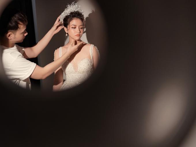 NTK tư vấn cô dâu phối váy với vương miện đính ngọc trai, tạo sự đồng điệu trang phục - phụ kiện và làm tăng vẻ sang trọng cho cô dâu.