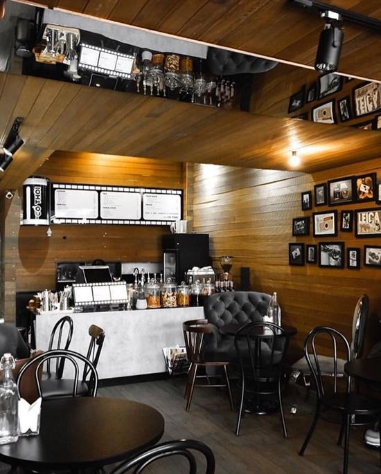 Quán decor theo tông màu trầm, tạo cảm giác hoài niệm. Khách tới quán thưởng thức đồ uống, đàm đạo về máy ảnh, giữa tiếng nhạc jazz nhẹ nhàng, thoải mái.
