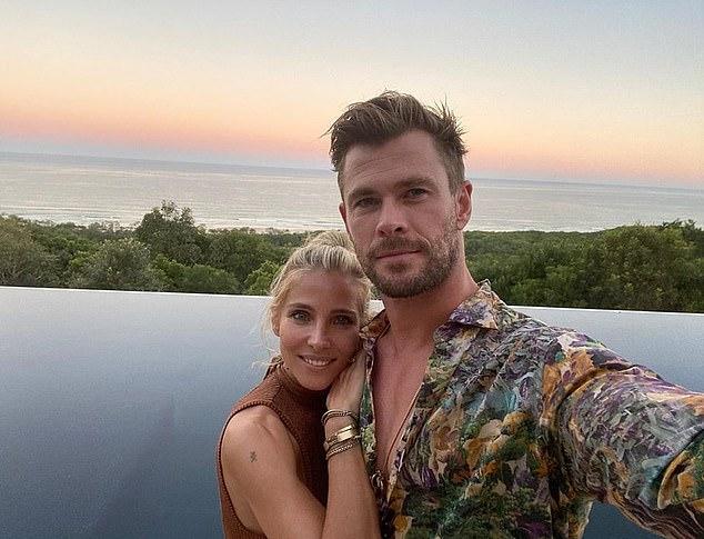 Chris Hemsworth chụp ảnh selfie cùng vợ tại biệt thự của gia đình ở vịnh Byron, Australia.