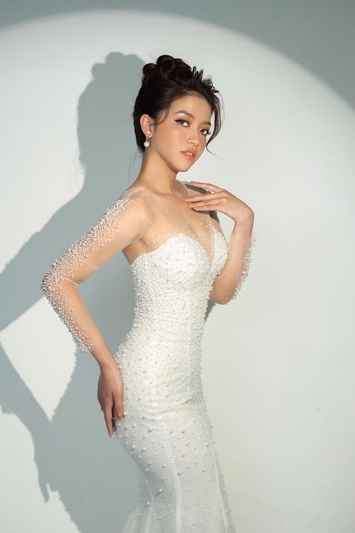 Váy cưới khi tháo tùng rời sẽ mang dáng đuôi cá.