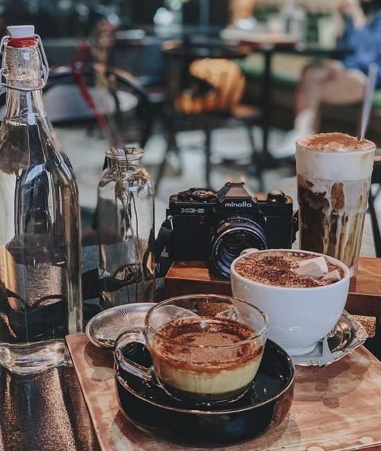 Thực đơn gồm nhiều món quen thuộc như cà phê, trà sữa, trà đào...