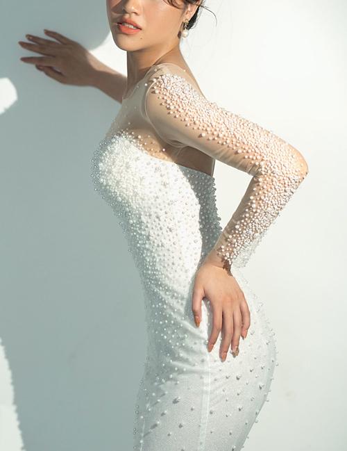 Cận cảnh các chi tiết đính kết hạt trên thân váy.