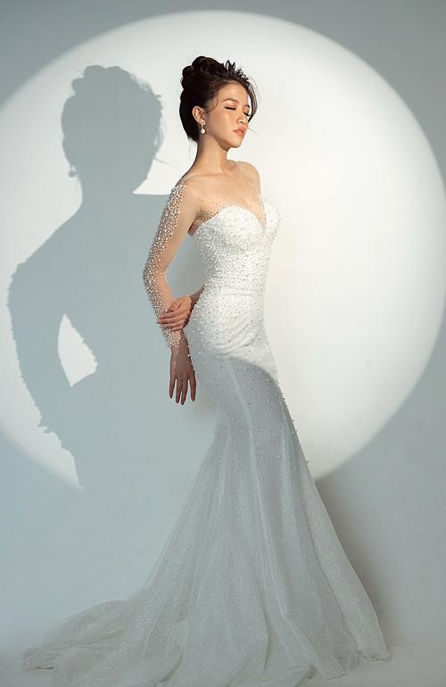 Đầm đuôi cá phù hợp với cô dâu có thân hình đồng hồ cát, quả lê, giúp tôn lợi thế hình thể và phù hợp để cô dâu tiếp khách, chào bàn ở tiệc cưới.