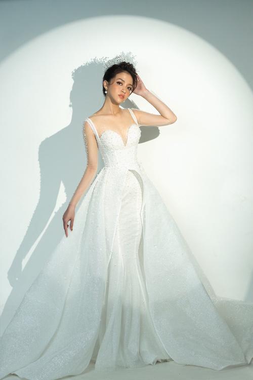 Những tháng cuối năm, NTK Thịnh Nguyễn gợi ý cô dâu váy cưới 2 trong 1, giúp nàng biến hóa diện mạo nhanh chóng chỉ trong vài giây. Mẫu đầm có họa tiết đính kết ngọc trai, pha lê bắt trend, giúp người diện tỏa sáng trong đêm tiệc.