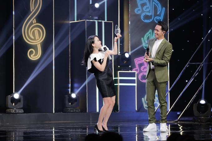 Sau sáu, bảy năm dừng ca hát, Thu Ngọc - cựu thành viên nhóm Mây Trắng mới trở lại sân khấu trong chương trình Ca sĩ ẩn danh số phát sóng tối 11/10. Nữ ca sĩ hân hoan đón nhận kỷ niệm chương của chương trình.