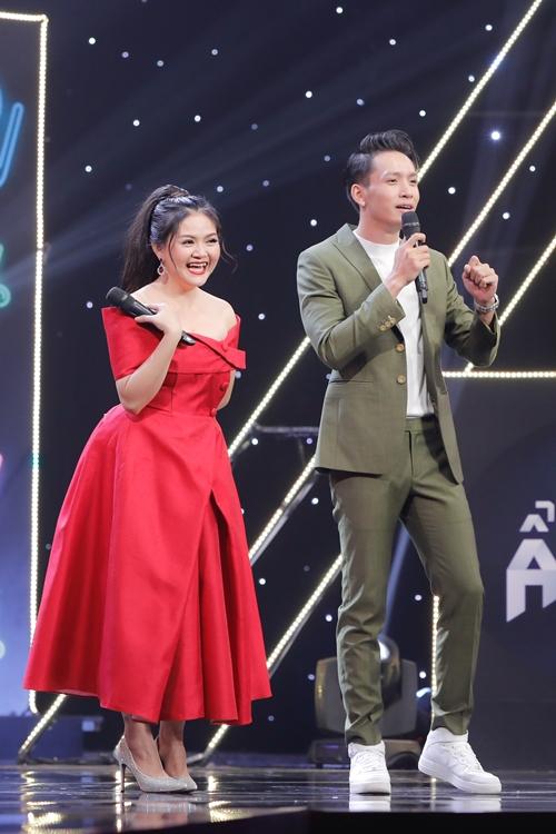 Nghệ sĩ Trinh Trinh đóng thế cho ca sĩ MiA đầy duyên dáng. Để nhập vai, chị xưng chú - cháu với ông xã - NSƯT Kim Tử Long (ngồi dưới bàn khách mời). Cặp vợ chồng liên tục trêu đùa nhau gây cười cho trường quay.