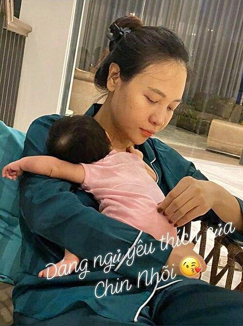 Chấp nhận vất vả, Đàm Thu Trang muốn nuôi con bằng sữa mẹ hoàn toàn trong 6 tháng đầu.