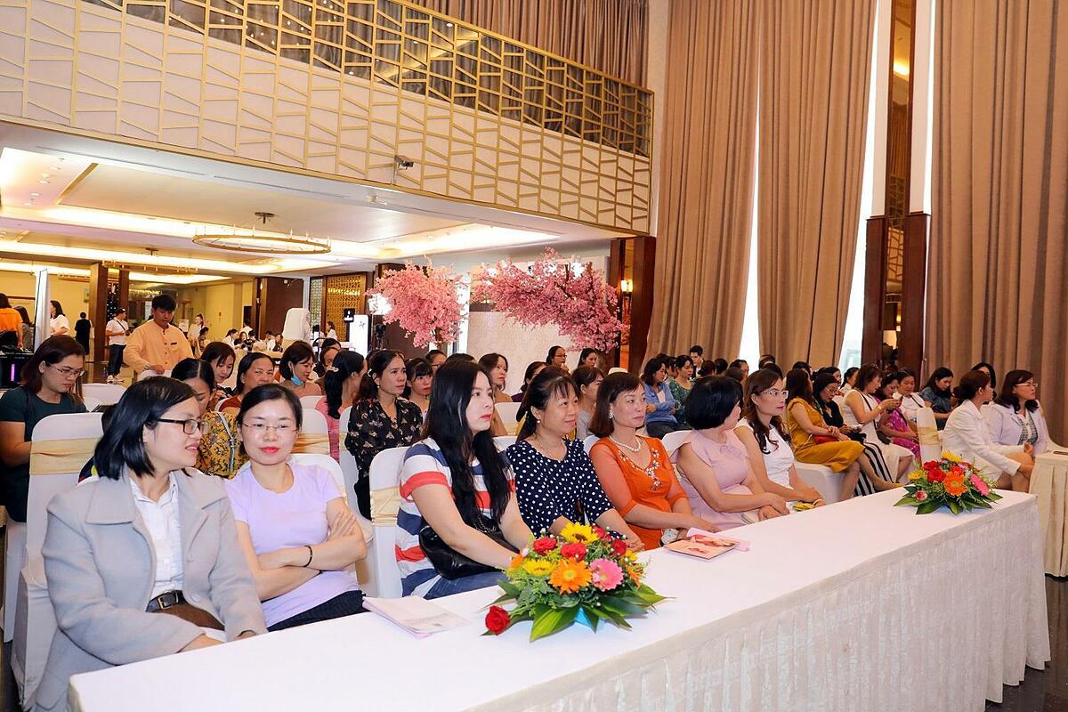 Hơn 600 chị em đã bất chấp mưa gió tới tham dự Hội thảo chuyên đề nám da do Sakura tổ chức.