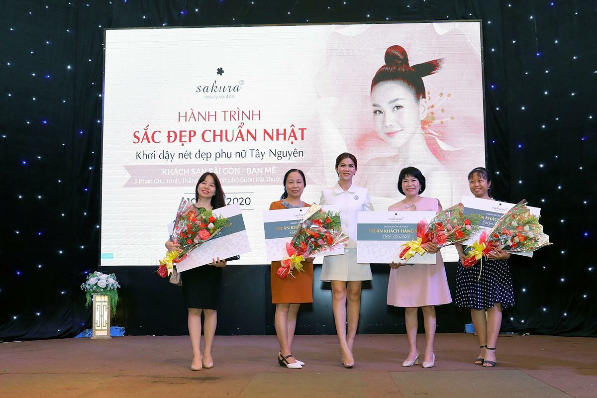 Đại diện Sakura Beauty Vietnam Trao quà cho khách hàng VIP