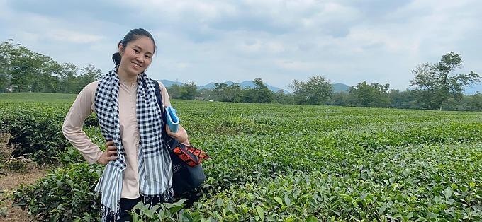 Lê Phương pose ảnh tại đồi chè Phú Thọ khi quay phim tại đây.