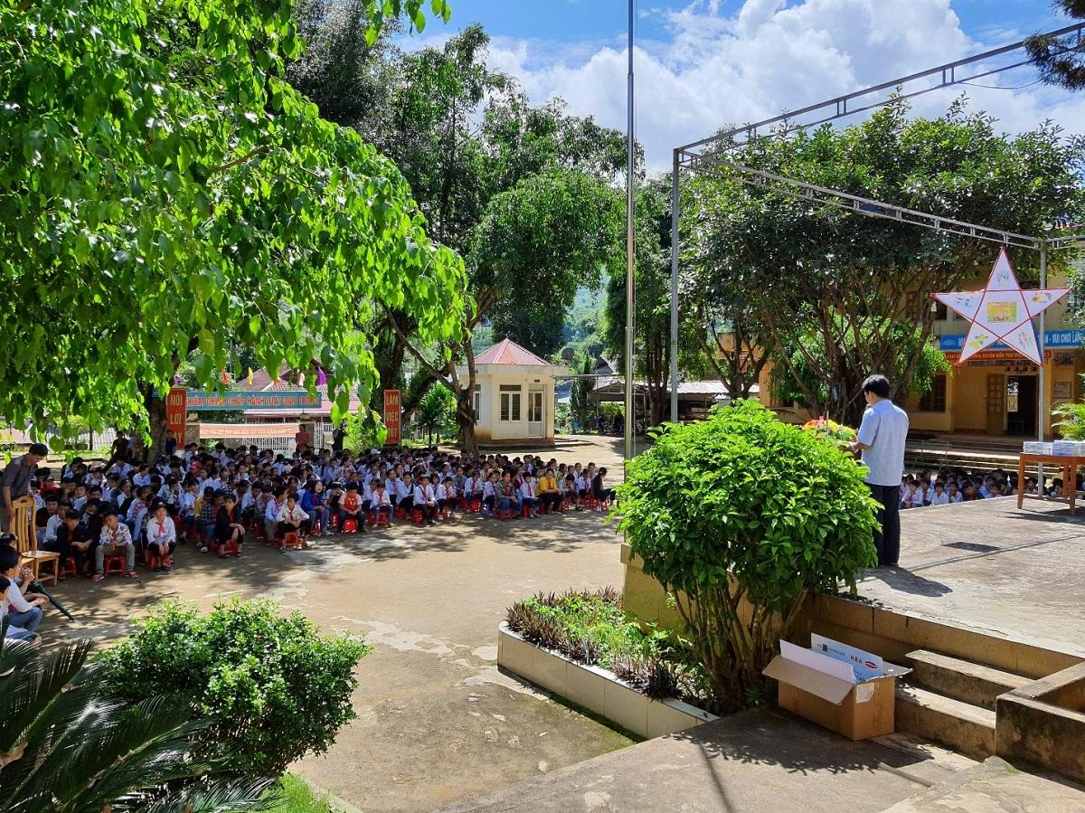 Một buổi chào cờ đầu tuần ở Trường THCS Yên Thắng.