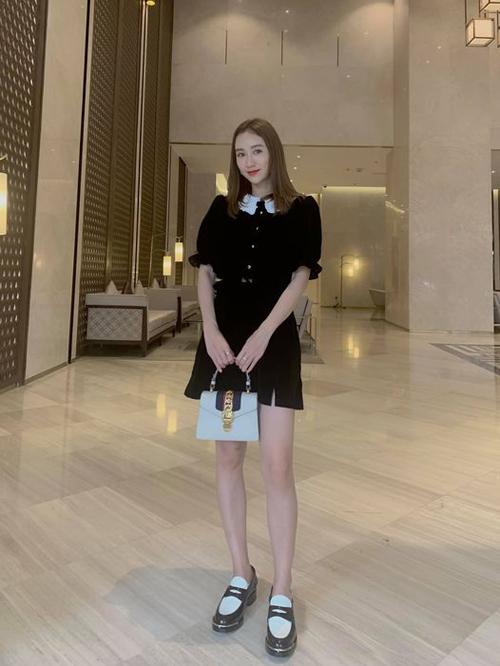 Hà Thu mix màu đen trắng ăn ý với váy dáng cổ điển đi cùng túi Gucci và giày ton-sur-ton trang phục.