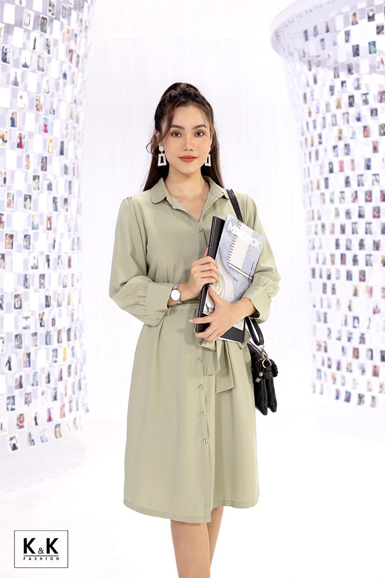 Ở bức ảnh thứ hai, K&K Fashion khai thác khoảnh khắc ngày đầu tiên nàng thơ đi làm. Nơi công sở khác xa với những gì cô nghĩ, nhưng được làm việc trong môi trường năng động, cô tự nhủ phải cố gắng thôi... Chiếc đầm sơ mi tay dài thắt nơ ở eo (mã KK99-06) có thể giúp nàng tự tin khi đến công sở, giá 450.000 đồng.