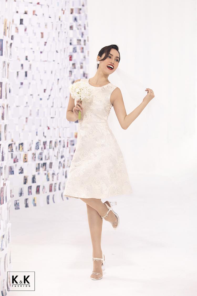 Bộ ảnh cũng khai thác khoảnh khắc nàng thơ là cô dâu mới vào ngày mai, màu trắng tinh khôi giúp giây phút thiêng liêng ngày cưới của nàng ý nghĩa hơn. Đầm xòe tafta sát nách cổ tròn (mã KK99-19) giá 490.000 đồng.