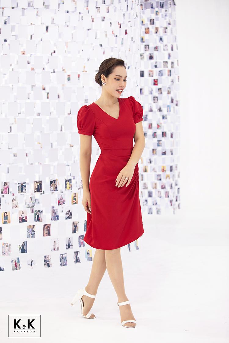Theo nhà mốt: Màu đỏ đại diện cho sự viên mãn, sung túc và đầy đủ cho hành trình 10 năm, không ngắn không dài nhưng là chặng đường thanh xuân đẹp và mãi đẹp như thế. Đầm chữ A cổ V tùng váy rút nhún cột nơ (mã KK100-19) giá 440.000 đồng.Câu chuyện được kể bằng ngôn ngữ hình ảnh có thể khơi lên cảm xúc. Đại diện K&K Fashion nhấn mạnh thông điệp: Trang phục đẹp cũng giống như người bạn thân thiết, đồng hành cùng nàng ở mỗi giai đoạn cuộc đời, dù 20, 30, 40 tuổi hay hơn thế nữa K&K Fashion vẫn sẽ bên cạnh nàng. Các thiết kế có mặt tại hệ thống showroom và shop online với số lượng có hạn. Xem chi tiết hệ thống showroom.