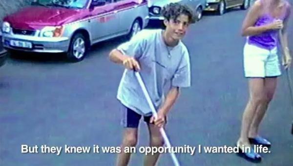 Ngày nhỏ, cậu nhóc C. Ronaldo từng quét đường ở những khu phố lân cận, cuộc sống khốn khó hoàn toàn khác xa bây giờ.