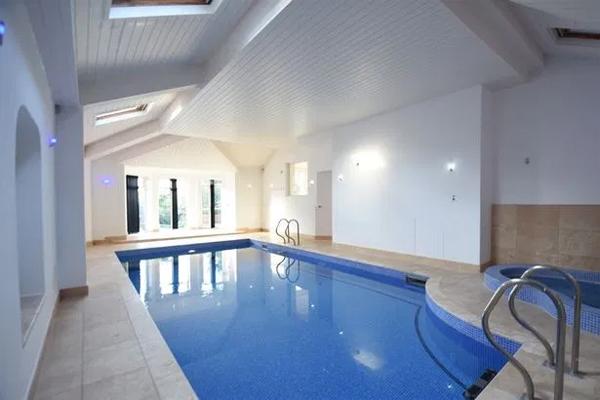 Cơ ngơi có bể bơi cả ở trong nhà và bên ngoài, phòng xông hơi, bể sục, phòng gym và phòng chiếu phim.