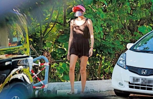 Ngô Ỷ Lợi xuất hiện tại một bãi biển ở Hong Kong hôm 30/9, cô đi bơi một mình mà không có bạn bè đồng hành. Nữ diễn viên TVB mặc đồ bơi khá kín đáo, đội mũ che chắn chống nắng. Gần 50 nhưng thân hình Ngô Ỷ Lợi vẫn gọn gàng, bụng không xổ như nhiều phụ nữ khác.
