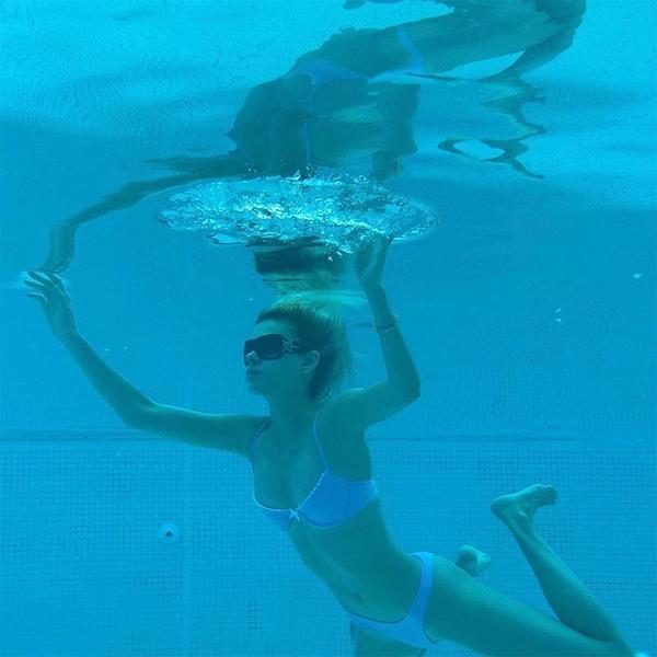 Trên trang cá nhân hôm 12/10, vợ sắp cưới Brooklyn đăng tải loạt ảnh chụp dưới nước. Người đẹp 25 tuổi viết chú thích: Bơi lội không phải là điểm mạnh của tôi.