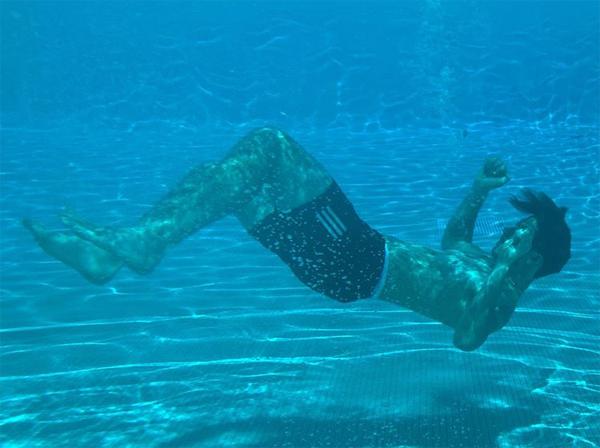 Cậu cả Brooklyn cũng chia sẻ một vài tấm ảnh chụp bản thân dưới nước. Tình yêu dưới nước, chàng trai 21 tuổi viết.