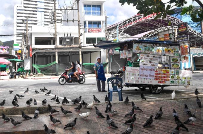 Trên đường phố, những xe đẩy đồ ăn - linh hồn của du lịch Thái Lan - luôn trong tình trạng chờ khách.