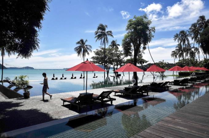 Khu resort Vijitt có view hướng ra biển, bể bơi vô cực. Đầu tháng 10, nơi đây chỉ tiếp đón một vài vị khách trong nước.