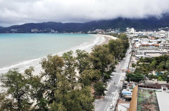 Đại dịch Covid-19 gây ra thiệt hại nặng nề cho ngành du lịch trên khắp thế giới, đặc biệt là ở những quốc gia sống dựa vào ngành công nghiệp không khói này như Thái Lan. Mặc dù chính phủ nước này đã đề ra nhiều chính sách hỗ trợ người dân như thúc đẩy du lịch nội địa, mở cửa với một số quốc gia hay mở dịch vụ cách ly resort 5 sao nhưng chưa có nhiều thay đổi đáng kể. Từ một thành phố sầm uất, Phuket trở thành một thành phố ma không bóng người. Trục đường chính ven biển Patong vào ban ngày trở nên vườn không nhà trống.