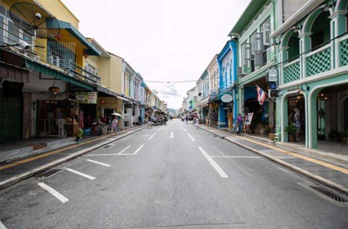 Tình trạng trong các con phố không khá hơn là bao. Những trục phố chính vốn san sát cửa hàng, quán ăn, quán bar thì nay chỉ còn lác đác tiệm có khách. Việc kinh doanh rất ảm đạm.