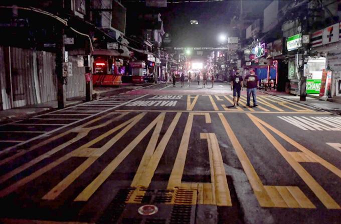 Các trục đường quán bar, phố đèn đỏ từng nhộn nhịp thâu đêm suốt sáng giờ trở nên tối tăm, vắng vẻ.
