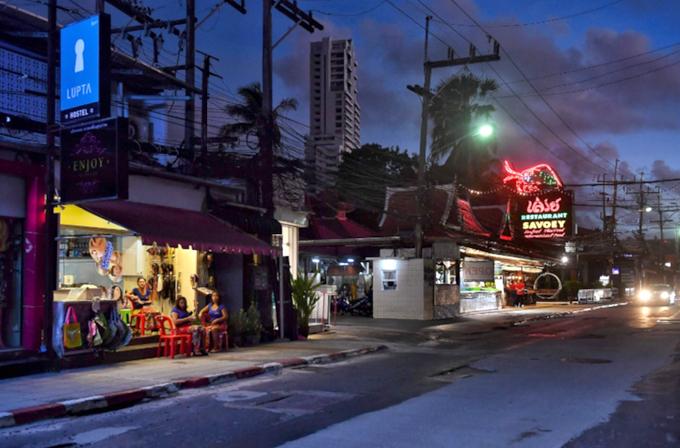 Lác đác một vài cửa hàng ven biển mở cửa chờ khách. Các quán ăn ít chịu ảnh hưởng nhất ở Phuket, so với các resort, khách sạn, dịch vụ vui chơi, đổi tiền...