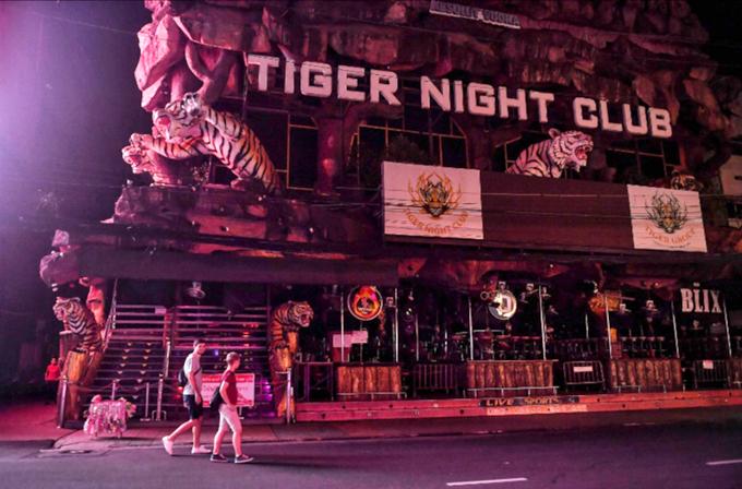 Lác đác có một vài vị khách nước ngoài đi dạo trên phố. Các quán bar đóng cửa khiến những con phố không còn sáng đèn sôi động như trước đây.
