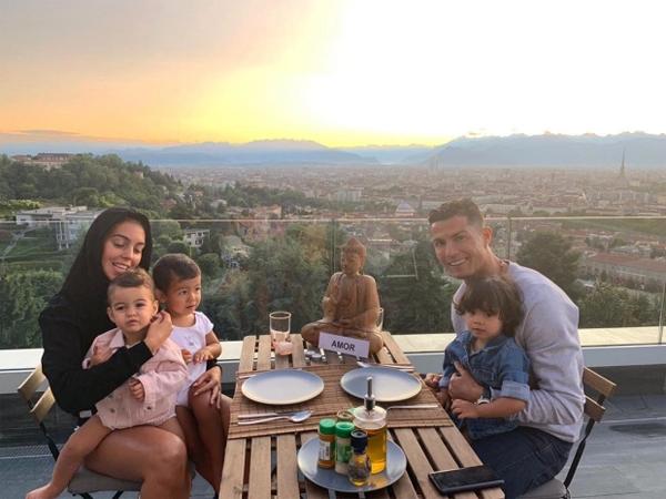 Căn nhà cũng có phòng gym với trang thiết bị hiện đại, tối tân, có bể bơi trong nhà và ngoài trời. Biệt thự trên đất Italy của CR7 nằm trên một khu đất cao như thể cả Turn ở dưới chân CR7, cách so sánh của tờ La Gazzetta dello Sport khi C. Ronaldo mới tới.