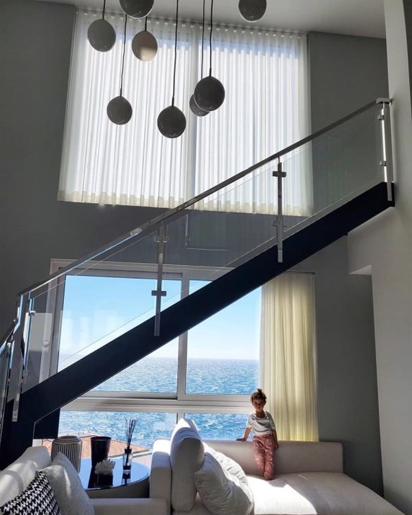 Năm 2015, C. Ronaldo mua một nhà kho ở quê nhà Madeira và cải tạo, tu sửa suốt 4 năm, biến nó thành một biệt thự 7 tầng bề thế. Cơ ngơi hoành tráng có hai bể bơi theo kích thưởng chuẩn Olympic, bể sục, và sân bóng. Bạn gái Georgina Rodriguez của CR7 từng chia sẻ một số hình ảnh về biệt thự cho thấy căn nhà hướng biển đẹp lung linh.