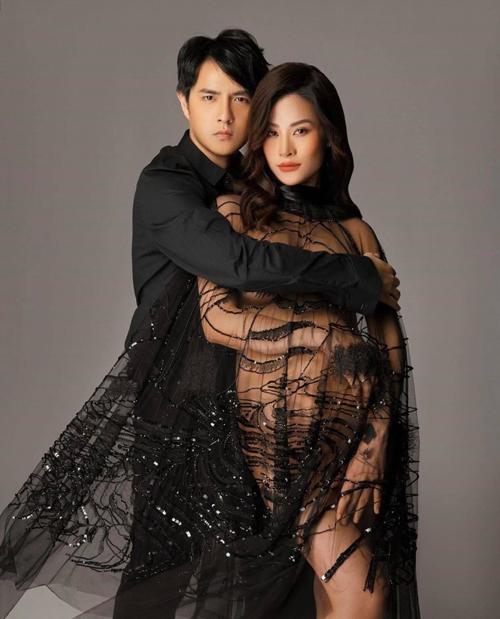 Đông Nhi chụp ảnh cùng ông xã của cô với mẫu váy trong suốt trang trí họa tiết ton-sur-ton.