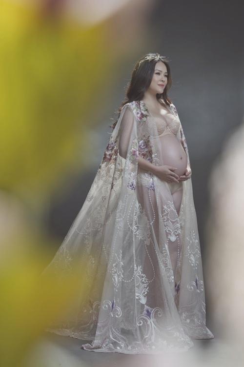 Bên cạnh váy xuyên thấu, Dương Cẩm Lynh còn sử dụng áo choàng mỏng manh để mix cùng nội khi chụp ảnh bụng bầu.