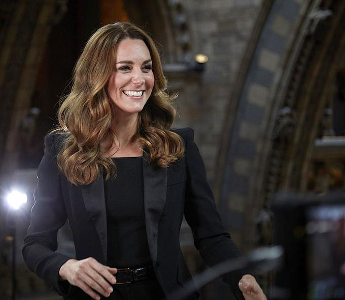Đã 19 năm trôi qua kể từ khi cô sinh viên Kate Middleton gặp Hoàng tử William tại trường đại học. Và cũng từ ngày được chú ý với tư cách bạn gái của người đứng thứ hai trong danh sách kế vị ngai vàng Anh, Kate bắt đầu làm quen với việc chăm chút diện mạo để không bao giờ bị bắt gặp trong tình trạng xuề xòa, luộm thuộm.  Chia sẻ trên tạp chí Fabulous, stylist Lucas Armitage nhận định rằng việc Kate cải thiện hình ảnh suốt những năm qua được cho là sự nâng cấp phong cách tuyệt vời nhất trong thời đại chúng ta.
