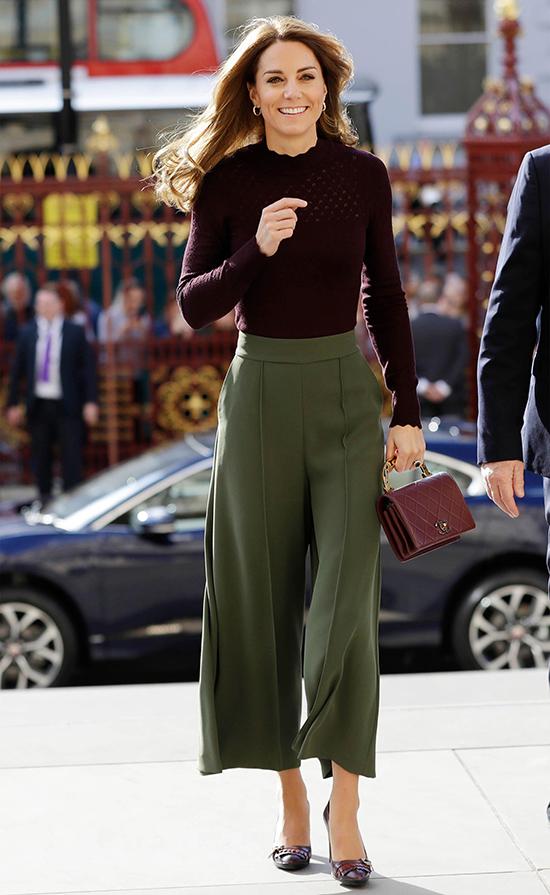 Mix - match thông minh với trang phục bình dân  Là hoàng hậu tương lai của nước Anh nhưng Kate không ngại mặc lại đồ cũ nhiều lần. Điều này càng khiến cô được yêu mến bởi sự tiết kiệm, gần gũi, khác hẳn đa số nhân vật nổi tiếng. Bên cạnh đó, nữ công tước xứ Cambridge biết cách kết hợp sản phẩm bình dân một cách khéo léo,
