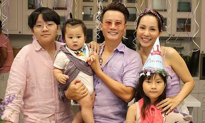 Hoàng Bách hạnh phúc bên vợ và ba con.