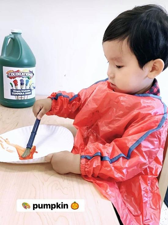 Max được mẹ hướng dẫn vẽ và tô màu bí ngô. Theo Phạm Hương, ngoài đọc sách, con trai của cô thích hội họa và thường vẽ nhiều bức tranh đáng yêu tặng mẹ.